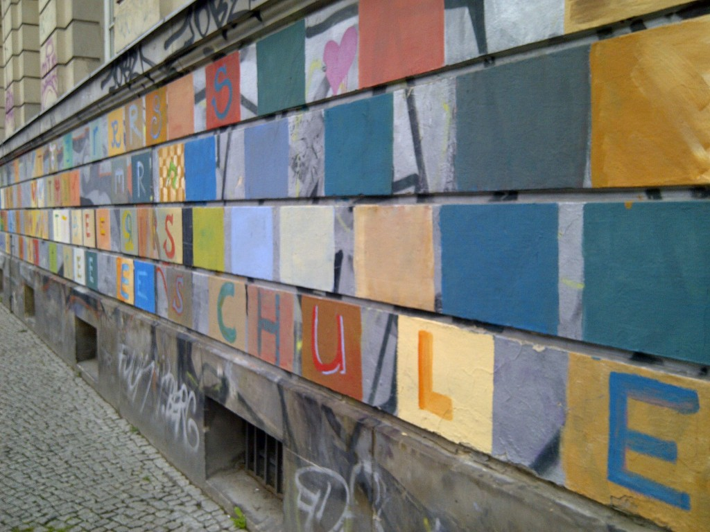 wall with graffiti saying schule