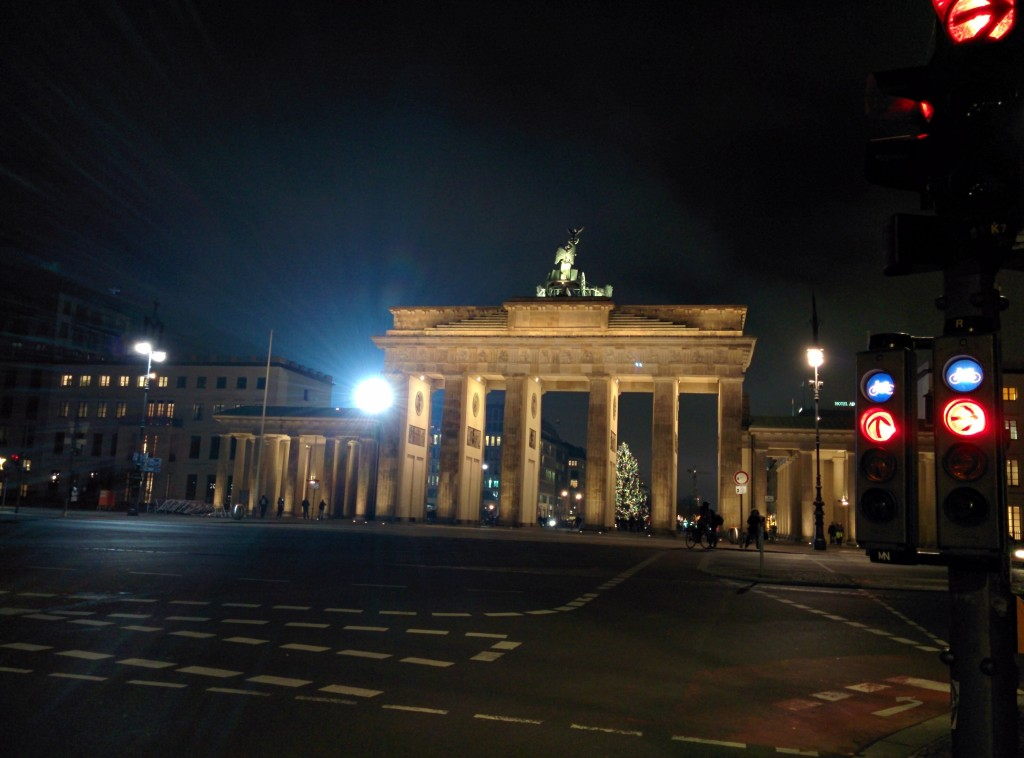brandenburg gate from behind at night